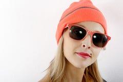 Schöne blonde Frau mit Winterhut und -Sonnenbrille Lizenzfreies Stockbild