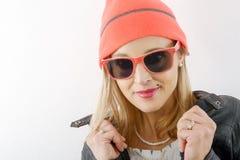 Schöne blonde Frau mit Winterhut und -Sonnenbrille Stockbilder