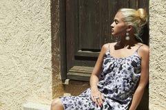 Schöne blonde Frau nahe alter Holztür Schönheitsmädchen in farbigem Kleid Stockbild