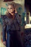 Schöne blonde Frau nahe alter Wand Stockfotografie