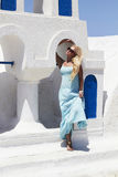 Schöne blonde Frau nahe dem blauen und weißen Bilding Lizenzfreies Stockbild