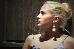 Schöne blonde Frau nahe Holztür Bekehrter von ROHEM für bessere Qualität Stockfoto