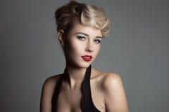 Schöne blonde Frau Retro- Mode-Bild Lizenzfreie Stockfotografie
