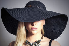 Schöne blonde Frau in schwarzem Hat.Jewelry Lizenzfreie Stockbilder