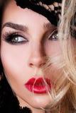 Schöne blonde Frau sehr mit grünen Augen von süßen roten Lippen in einer sinnlichen Frisur mit einem sexy Blick und einem sexy Ma Lizenzfreie Stockfotos