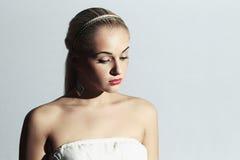 Schöne blonde Frau stilvolles Mädchen n im weißen Kleid Mode hübsches gir Stockbild