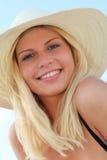 Schöne blonde Frau am Strand Stockfotos