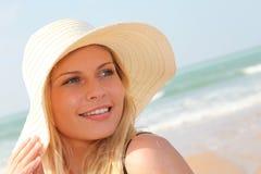 Schöne blonde Frau am Strand Lizenzfreies Stockbild