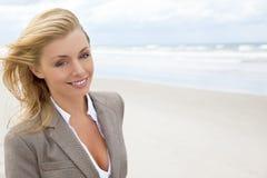 Schöne blonde Frau am Strand Stockbilder