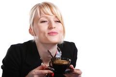 Schöne blonde Frau trinkt heißen Kaffee Stockbild