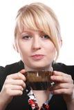 Schöne blonde Frau trinkt heißen Kaffee Stockbilder