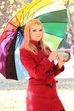Schöne blonde Frau unter Regenschirm Stockbild