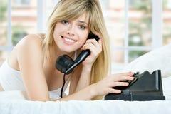 Schöne blonde Frau. Unterhaltung am Telefon Lizenzfreie Stockfotos