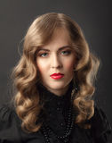 Blondes Frauenweinleseporträt stockfotografie