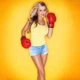 Schöne blonde Frauen-tragende Boxhandschuhe Lizenzfreie Stockbilder