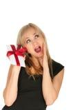 Schöne blonde Frauen- und Geschenkpostkarte in ihren Händen. Festtag von St.-Valentinsgruß Lizenzfreie Stockfotos