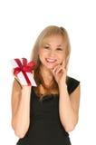 Schöne blonde Frauen- und Geschenkpostkarte in ihren Händen. Festtag von St.-Valentinsgruß Stockfotos