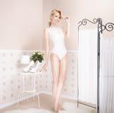 Schöne blonde Frauenaufstellung Stockfotografie