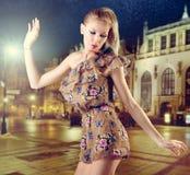 Schöne blonde Frauenaufstellung Lizenzfreie Stockbilder