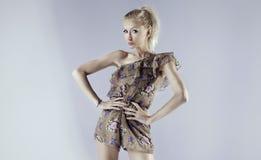 Schöne blonde Frauenaufstellung Lizenzfreie Stockfotografie