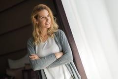 Schöne blonde Frauenaufstellung Stockfoto