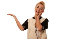 Schöne blonde Frauenholding überreichen weiße Kopienraum foro PR Stockfotografie