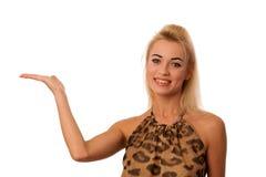 Schöne blonde Frauenholding überreichen weiße Kopienraum foro PR Stockbild