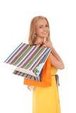 Schöne blonde Frauenholding-Einkaufenbeutel Stockfotos