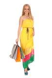 Schöne blonde Frauenholding-Einkaufenbeutel Stockbilder