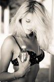Schöne blonde Frauenholdingflasche Wasser Stockfotos