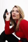 Schöne blonde Frauenholdingschuhe Lizenzfreie Stockfotos