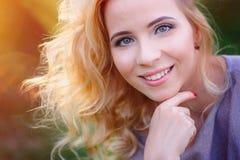 Schöne blonde Frauennahaufnahme mit Make-up Stockfotografie