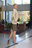 Schöne blonde Geschäftsfrau Stockfotografie
