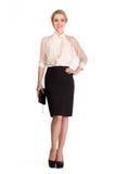 Schöne blonde Geschäftsfrau in der weißen Bluse und schwarzen im Rock lokalisiert auf Weiß Lizenzfreie Stockfotos