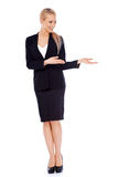 Schöne blonde Geschäftsfrau, die Kopienraum darstellt Lizenzfreie Stockfotos