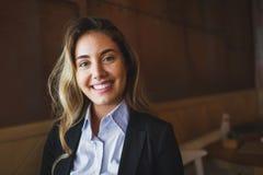 Schöne blonde Geschäftsfrau im Hemd Lizenzfreie Stockfotos