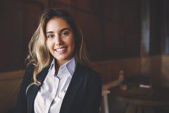 Schöne blonde Geschäftsfrau im Hemd Lizenzfreies Stockbild