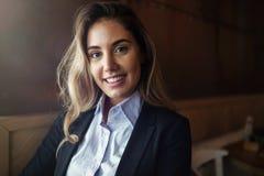 Schöne blonde Geschäftsfrau im Hemd Lizenzfreie Stockfotografie