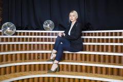 Schöne blonde Geschäftsfrau mit den geschwollenen Lippen im Dachbodenbüro in der Klage Die goldene Taste oder Erreichen für den H Stockfotos