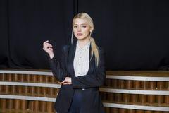 Schöne blonde Geschäftsfrau mit den geschwollenen Lippen im Dachbodenbüro in der Klage Die goldene Taste oder Erreichen für den H Stockbilder