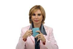 Schöne blonde Geschäftsfrau mit einer Kaffeetasse Stockfoto