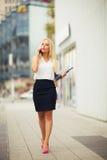 Schöne blonde Geschäftsfrau am Telefon im Freien Stockfotos