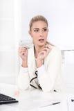 Schöne blonde Geschäftsfrau wird entsetzt - Nagel machend, maniküren Sie Lizenzfreie Stockfotos