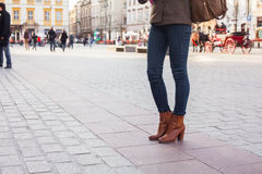 Schöne blonde glückliche Frau, die auf die Straße in der Stadt geht Outd Stockfotos