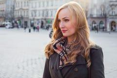 Schöne blonde glückliche Frau, die auf die Straße in der Stadt geht Outd Stockfoto