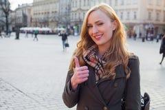 Schöne blonde glückliche Frau, die auf die Straße in der Stadt geht Outd Lizenzfreie Stockfotografie