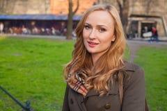 Schöne blonde glückliche Frau, die auf die Straße in der Stadt geht Outd Lizenzfreie Stockfotos