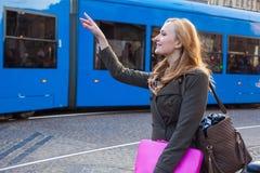 Schöne blonde glückliche Frau, die auf die Straße in der Stadt geht sie Lizenzfreie Stockfotografie