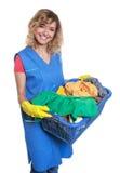 Schöne blonde Hausfrau mit schmutziger Kleidung Lizenzfreie Stockfotos