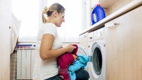 Schöne blonde Hausfrauladenwaschmaschine Stockfotografie